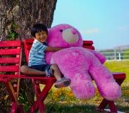 Oso asiático del abrazo del muchacho Imágenes de archivo libres de regalías