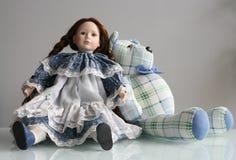Oso con la muñeca Fotografía de archivo libre de regalías