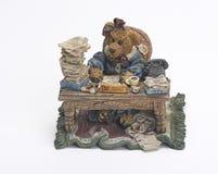 Oso de cerámica que trabaja en el escritorio Imagen de archivo
