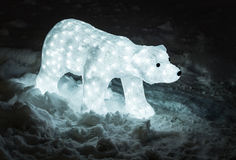 Oso de la decoración en luces con nieve Foto de archivo libre de regalías