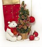 Oso de peluche blanco con el ?rbol de navidad Imágenes de archivo libres de regalías