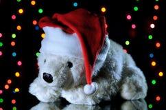 Oso de peluche blanco del Año Nuevo en un sombrero de la Navidad La Navidad diciembre Fotos de archivo libres de regalías