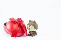 Oso de peluche cerca de la caja de regalo roja en el fondo blanco Foto de archivo libre de regalías