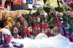 Oso de peluche, ciervos, y decoraciones de la Navidad en el mercado de la Navidad Imágenes de archivo libres de regalías