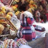 Oso de peluche, ciervos, y decoraciones de la Navidad en el mercado de la Navidad Fotografía de archivo