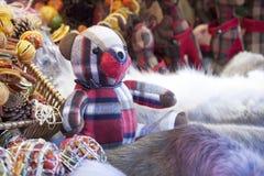 Oso de peluche, ciervos, y decoraciones de la Navidad en el mercado de la Navidad Fotos de archivo libres de regalías