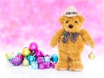 Oso de peluche con Años Nuevos de los regalos y de los ornamentos Foto de archivo libre de regalías