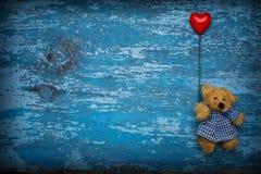 Oso de peluche con el baloon del corazón Fotos de archivo
