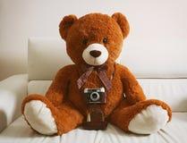 Oso de peluche con la cámara del vintage 35m m Imágenes de archivo libres de regalías