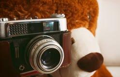 Oso de peluche con la cámara del vintage 35m m Foto de archivo libre de regalías