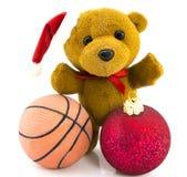 Oso de peluche con las bolas de la Navidad y la bola del baloncesto/Christm rojos Fotografía de archivo libre de regalías