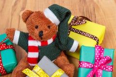 Oso de peluche con los regalos coloridos para la Navidad o la otra celebración Foto de archivo libre de regalías