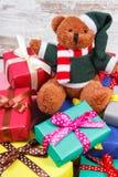 Oso de peluche con los regalos coloridos para la Navidad o la otra celebración Fotografía de archivo libre de regalías