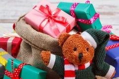 Oso de peluche con los regalos coloridos para la Navidad o la otra celebración Imágenes de archivo libres de regalías
