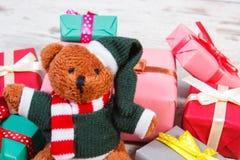Oso de peluche con los regalos coloridos para la Navidad o la otra celebración Fotos de archivo