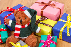 Oso de peluche con los regalos coloridos para la Navidad o la otra celebración Fotos de archivo libres de regalías