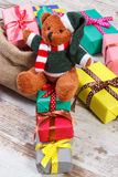 Oso de peluche con los regalos coloridos para la Navidad o la otra celebración Imagen de archivo libre de regalías