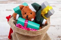 Oso de peluche con los regalos coloridos para la Navidad o la otra celebración Fotografía de archivo