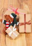 Oso de peluche con los regalos para la Navidad o la otra celebración Fotos de archivo