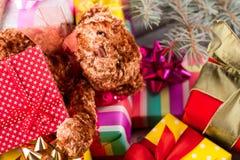 Oso de peluche con un regalo que miente en una pila de presente Imagen de archivo libre de regalías