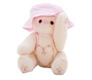 Oso de peluche del verano que pone en un sombrero rosado imágenes de archivo libres de regalías