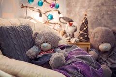 Oso de peluche dos que sienta y que espera una Navidad Imágenes de archivo libres de regalías
