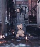 oso de peluche en casa abandonada foto de archivo