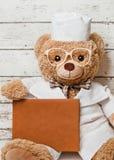Oso de peluche en ropa médica Imagen de archivo libre de regalías