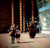 Oso de peluche en una entrada al centro comercial en el verano Imagen de archivo libre de regalías