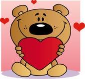 Oso de peluche feliz que lleva a cabo un corazón rojo Imagen de archivo