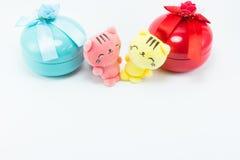 Oso de peluche, gato rosado amarillo del peluche en la caja de regalo azul roja Imágenes de archivo libres de regalías