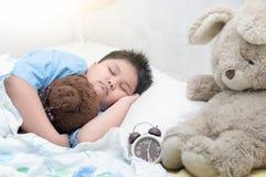 Oso de peluche gordo obeso del sueño y del abrazo del muchacho foto de archivo libre de regalías