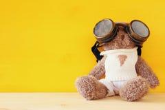 oso de peluche lindo con los vidrios experimentales en la tabla de madera Fotos de archivo libres de regalías
