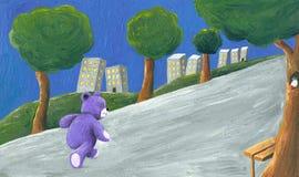 Oso de peluche púrpura que recorre en el parque Imagen de archivo libre de regalías