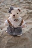 Oso de peluche que se coloca en la playa Fotografía de archivo