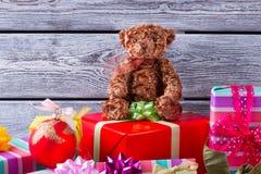 Oso de peluche que se sienta en una pila de regalos Fotografía de archivo libre de regalías