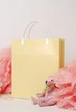 Oso de peluche y decoración rosados del papel, pom-pom con el paquete de papel para hacer compras imagenes de archivo