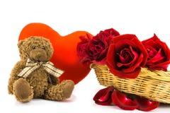 Oso de peluche y rosas rojas en un fondo blanco backgr de la tarjeta del día de San Valentín Imagen de archivo