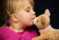 Oso del juguete del beso de la muchacha imagen de archivo