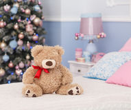 Oso del juguete en humor de la Navidad Foto de archivo libre de regalías