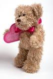 Oso del peluche con el corazón. Día de tarjeta del día de San Valentín Imagen de archivo