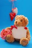 Oso del peluche con saludos del `s de la tarjeta del día de San Valentín Fotografía de archivo libre de regalías