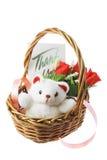 Oso del peluche y rosas rojas en cesta Foto de archivo