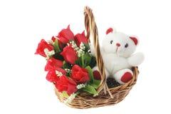 Oso del peluche y rosas rojas en cesta Fotografía de archivo libre de regalías