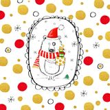 Oso divertido con los regalos de la Navidad en el sombrero de Papá Noel Fotografía de archivo libre de regalías