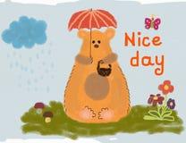 Oso divertido que se sienta en la hierba debajo del paraguas Desear un día agradable Fotos de archivo