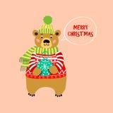 Oso en suéter hecho punto rojo Tarjeta de felicitación de la Feliz Navidad Fotos de archivo