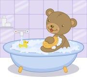 Oso lindo del bebé de la historieta que tiene baño con el pato amarillo Imagen de archivo
