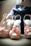Oso relleno tacones altos de los zapatos de la boda fotos de archivo