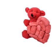 Oso rojo con un corazón hecho a mano de la espuma inclinado Imagen de archivo